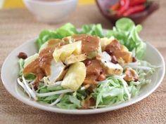 Ingin makan yang segar dan pedas? Rujak yang satu ini isinya komplet. Tahu, nanas dan daun selada bikin rasanya jadi segar dan gurih. Cocok disantap saat kurang berselera makan. Gurih, pedas dan segar!