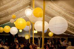 Chapiteau et lanternes pour une déco de mariage autour du jaune