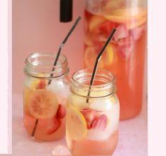 Couper tous les fruits et les déposer dans un pichet. Ajouter le vin blanc sec et le rhum...