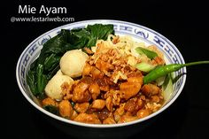 """MIE AYAM oder Nudeln mit Hähnchen, noch eines der berühmte """"Street Foods""""  Indonesiens. Eine Kombination von Nudel, Gemüse und leckere Hühnerfleisch in salzig-süss Sojasauce.."""