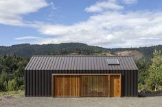 Elk Valley Tractor Shed / FIELDWORK Design & Architecture