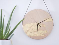 C'est la simplicité de cette horloge et l'utilisation de matières naturelles telles que le bois, le cuir et l'or, qui lui donne son cachet sobre et design !