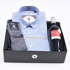 """Coffret Cadeau de Noël pour Homme """"la Canaille""""  Chemise Homme bleue à rayures en popeline de coton d'Égypte + bouteille de vin rouge et chaussettes en fil d'écosse Hanjo, le vestiaire des épicuriens : https://hanjo.fr"""