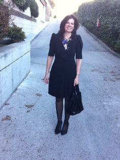 Working Outfit con vestido negro y maxicollar