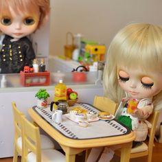 .@gumaco | お先にいただきなのデス。 #blythe #doll #miniature #rement | Webstagram