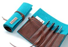 """Pencil Case - Felt & Leather Pen Roll · ☆ · Pencil Case """"Klein-N ° - a . Leather Bags Handmade, Leather Craft, Diy Purse, Leather Accessories, Large Bags, Leather Working, Felt Crafts, Sewing Projects, Wallet"""