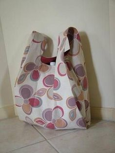 Singlet Style Shopping Bag - Free Tote Bag Pattern - The bag is made from one pattern piece. It's just like the plastic shopping bags and in fact the pattern is made from the shopping bag… Plastic Shopping Bags, Plastic Grocery Bags, Reusable Shopping Bags, Reusable Bags, Bag Pattern Free, Sewing Patterns Free, Free Sewing, Bag Patterns, Fabric Patterns