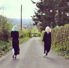 in ny novel I imagine Sadaf and Shazia walking, and talking. Bff Goals, Best Friend Goals, Muslim Girls, Muslim Women, Sister Photography, Street Hijab Fashion, Mehndi Images, Best Sister, Stylish Girl Images