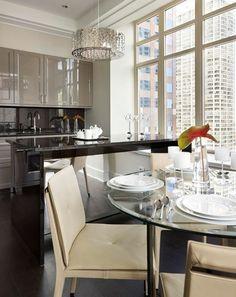 jolie cuisine laque beige de style luxe et lustre baroque - Cuisine Beige Laquee