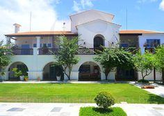 As varandas em madeira e os arcos das janelas e portas são os elementos mais característicos do estilo colonial e marcam a arquitetura desta bela propriedade.