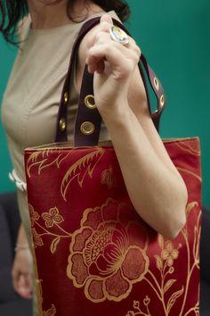 delor rotgold ist eine wunderschöne Komposition aus schimmernder Seide und handgegerbtem Leder.