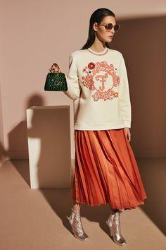 Inspiración de look con maxi falda naranja y sudadera bordada.
