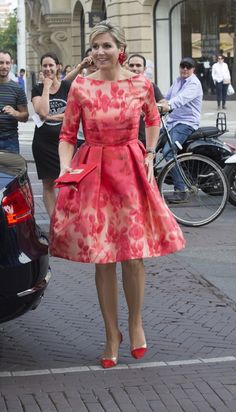 Queen Maxima Photos Photos - Queen Maxima of The Netherlands arrives to attend the opening of Holland Festival on June 4 2016 in Amsterdam Netherlands. - King Willem-Alexander and Queen Maxima of The Netherlands Open Holland Festival Queen Dress, Dress Up, Pink Dress, Estilo Real, Queen Maxima, Mode Outfits, Royal Fashion, Girl Fashion, Looks Style