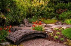 diseño de jardines pequeños con puente y plantas