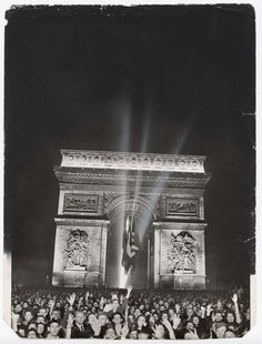 Ralph Morse, First celebration of Armistice Day in Paris after Liberation, November 1944 Ww2 History, Military History, Armistice Day, Free In French, Let Freedom Ring, Battle Of Britain, Remembrance Day, Vintage Paris, Paris Photos