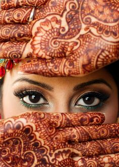 Mehndi / Henna-Design on the hands of an Indian Lady Mehendi Photography, Indian Wedding Photography Poses, Bride Photography, Henna Designs, Bridal Mehndi Designs, Indian Bridal Photos, Indian Wedding Couple, Wedding Mehndi, Bride Poses