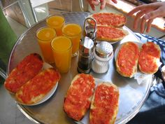 Pan con tomate y Jugo de naranja