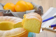 Il ciambellone all'acqua all'arancia è un dolce morbido sebbene senza uova e senza latte. Ecco la ricetta e la variante Bimby della torta all'arancia