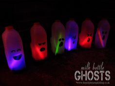 Fun and easy Halloween decorations. Draw faces with sharpies. Drop in glow sticks or cut a hole and use flameless candles Easy Halloween Decorations, Easy Halloween Crafts, Halloween Displays, Halloween Projects, Glow Bottle, Soirée Halloween, Family Halloween, Purple Pumpkin, Glow Sticks