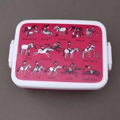 Boite à déjeuner et goûter sans BPA Cheval Tyrrell Katz.  Pour transporter le déjeuner ou le goûter à l'école en toute sécurité alimentaire. Boite garantie sans BPA. Couvercle hermétique. Compartiment séparé amovible. Motifs chevaux. Compatible micro-onde, congélateur et lave-vaisselle. Dim. : 16 x 12 x 6 cm. http://www.lilooka.com/fr/accessoires-enfants-ecole-gourdes-sacs-boite-a-gouter/1309-boite-a-dejeuner-et-gouter-sans-bpa-cheval-tyrrell-katz.html