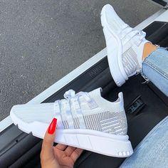 adidas EQT Support Mid ADV – was ein schöner adidas Sneaker für den Sommer! Der weiß graue Colorway kann prima zu schönen Outfits für Frauen kombiniert werden. _____ Foto: https://www.instagram.com/sherlinanym