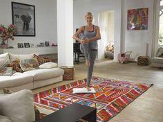 Huis van Wendy van Dijk. Big like. WItte wanden, lichte vloer. Bohemian kleed. Riet en hout. Ik hou ervan.