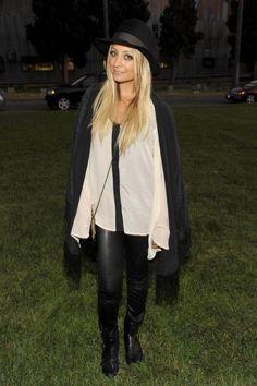 Nicole Richie avec des cheveux longs blonds et  chapeau fedora