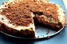 Λαχταριστό 'ασπρόμαυρο' cheesecake με πραλίνα φουντουκιού και μπισκοτένια βάση με μπισκότα όρεο. Μια πολύ εύκολη συνταγή (φωτογραφία απόεδώ) για το απόλυτ