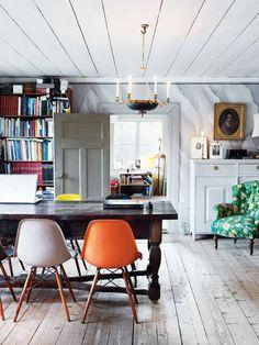 Eames-stolarna från 1950-talet har funnit sin plats runt biblioteksbordet som är nästan 300 år gammalt. I taket har de handhyvlade bräderna strukits med linoljefärg och golvet, som var mörkt fernissat, har försiktigt slipats för hand.
