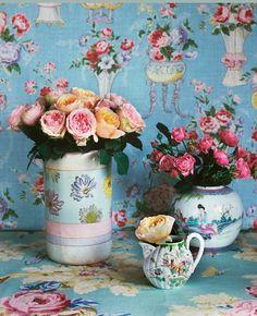 Wallpaper with simple flower arrangements
