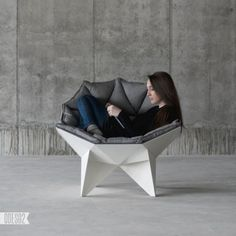 Les designers Zbroy Svyatoslav et Dmitry Bulgakov, de l'agence de design ODESD2 basée en Ukraine, ont créé le fauteuil Q1 lounge chair. Ils se sont inspiré