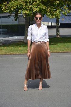 Resultado de imagem para rose pleated skirt look Gold Skirt Outfit, Midi Rock Outfit, Pleated Skirt Outfit, Skirt Outfits, Pleated Skirts, Casual Chic Outfits, Fashion Outfits, Metallic Pleated Skirt, Bohemian Mode