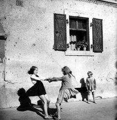17 rare photos since the children were playing hide and seek, marbles, away donkey - Indelible Vintage Pictures, Old Pictures, Old Photos, Rare Photos, Cenas Do Interior, Poesia Visual, Foto Art, Vintage Photographs, Historical Photos