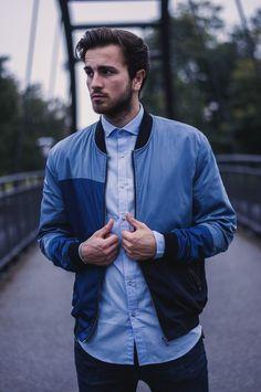 All blue casual Streetstyle für Männer. Blaue patchwork Bomberjacke von Zara mit hellblauem Hemd von WE und Skinny Jeans von Dr. Denim in dark blue.