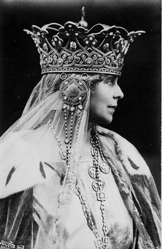 love the crown. Queen Marie of Romania deliberately chose a style of crown which recalled the glory days of the Middle Ages. This was her coronation crown. Royal Crowns, Tiaras And Crowns, Royal Tiaras, Kings & Queens, Real Queens, Tilda Swinton, Royal Jewelry, Jewellery, Headpiece Jewelry