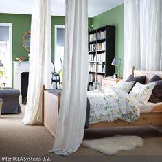 Das romantische Himmelbett, welches sich tagsüber gut durch die Vorhänge verbergen lässt, passt wegen seines hölzernen Bettgestells perfekt in das natürlich …