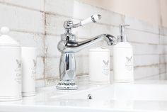 Koupelna provence. Pro romantické duše jsou správnou volbou i drobné květinové vzory. To je styl provence vyladěný do každého detailu. Provence, Bathroom Hooks, Sweet Home, House Beautiful, Aix En Provence