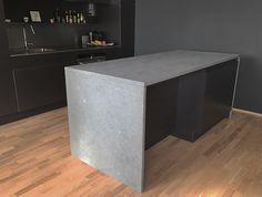 Dette er en kalksteins type som kan brukes på kjøkken! Det er ett hardt materiale som tåler mye av det ett kjøkken blir utsatt for, men er ikke 100% resistent mot syre | kalkstein | limestone | kjøkken | kitchen | moderne | modern | Kitchens, Natural Stones, Kitchen, Cuisine, Cucina