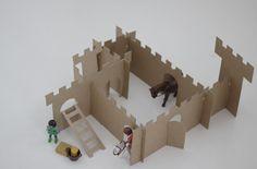 Recycle, upcycle een kartonnen doos. Zo maak je zelf een speelgoed kasteel voor je playmobiel (of andere) poppetjes. Goedkope knutsel tip van Speelgoedbank Amsterdam voor kinderen en ouders. Goodkoop knutselen.