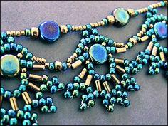 Das Pfauen-Collier ist nur ein Beispiel der wunderbaren Perlenwerke von Kronleuchterjuwelen - Marion Hembach. Gefunden auf kronleuchterjuwelen.de