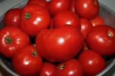 How to Preserve Tomatoes in the Freezer So konservieren Sie Tomaten im Gefrierschrank Fresh Tomato Recipes, Vegetable Recipes, Veggie Dishes, Preserving Tomatoes, Preserving Food, Slow Roasted Tomatoes, Deep South Dish, Summer Tomato, Fruits And Veggies