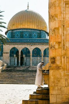 Dome of the Rock Mosque in Al-Quds (Jerusalem), Palestine Mosque Architecture, Art And Architecture, Beautiful Mosques, Beautiful Places, Terra Santa, Arte Judaica, Dome Of The Rock, Mekka, Les Religions