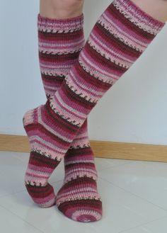 pallas polvisukat Move Your Body, Knitting Socks, Knit Socks, Sock Shoes, Leg Warmers, Mittens, Slippers, Footwear, Crochet