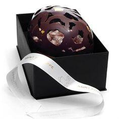 Chocolates com detalhes em ouro! Isso mesmo, um ovo de chocolate todo rendado com detalhes em ouro comestível. Este é realmente um presente de páscoa para quem quer impressionar e encantar.  FOUND IT! - presentes especiais para todas as ocasiões