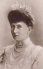 Sophie, née princesse de Prusse, elle était l'épouse du roi Constantin 1er de Grèce : elle reçut ce diadème en cadeau de mariage de sa mère, l'impératrice douarière Victoria (épouse de l'empereur Frederik III) en 1889.