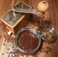 Dieses mikroplastikfreie Peeling mit Kaffee verschafft dir in Nullkommanix zarte Haut und riecht einfach toll. Das Beste dabei: Es hat kaum Zutaten, die dafür aber richtig wirkungsvoll sind.