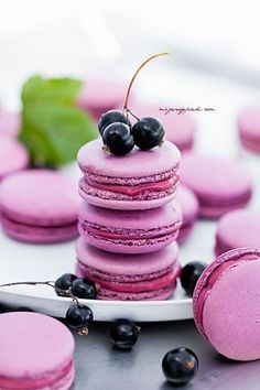 Wedding Macarons: Ways To Dazzle Your Guests Nothing better to decorate a summer wedding than pops of color. Deliciously yummy wedding macarons by mojewypieki. Delicious Desserts, Dessert Recipes, Yummy Food, Patisserie Fine, Macaron Cookies, French Macaroons, Pink Macaroons, Macaroon Recipes, Cupcakes