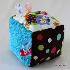 DIY Couture : Réalisez un cube d'éveil - Sewing For Kids, Baby Sewing, Diy For Kids, Gifts For Kids, Baby Couture, Couture Sewing, Baby Cubes, Sewing Crafts, Sewing Projects