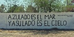 Sorry, I can't deliver an accurate translation for this wordplay, but it says: «The sea is bluish and at her/his side it's the sky Meaningful Quotes, Inspirational Quotes, Motivational, Street Quotes, Love Post, Frases Tumblr, Street Signs, Street Art, Spanish Quotes