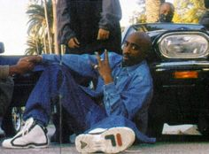 Footwear Flashback: Tupac Shows California Love in Grant Hill Filas Mode Hip Hop, 90s Hip Hop, Tupac Shakur, Fila Grant Hill, Afro, Tupac Pictures, Quote Pictures, Tupac Makaveli, Atlanta